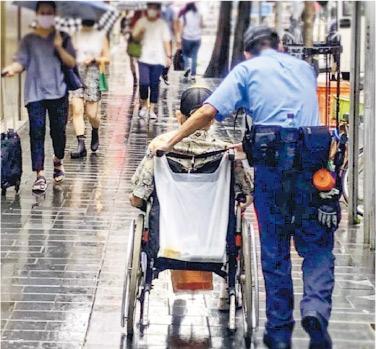 警方喺Instagram上載咗呢張警員雨中推輪椅相,有網民話警察企喺側邊,淨係左手出到力,輪椅一係推唔郁,一係打圈轉。