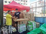 北京市昨日宣布,封閉兩個月的新發地市場部分區域將在15日重啟,並將恢復正常時期蔬果交易量的60%。日前在已被解除封鎖的新發地市場北側,有檔主書寫招牌,向路人推銷疫情期間店內未出售的牛奶。(鄭海龍攝)