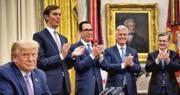美國總統特朗普(前)昨在白宮宣布以色列與阿聯酋關係正常化的協議,白宮高級顧問庫什納(後排左起)、財長梅努欽、國家安全顧問奧布萊恩等在場者為之鼓掌。(法新社)