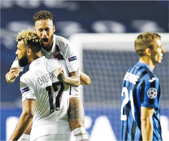 PSG後備前鋒祖奧莫亭(左前)絕殺阿特蘭大後,「食白果」但膺全場最佳的尼馬(左後)顯得相當激動。(Getty Images)
