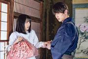 濱邊美波(左)與橫濱流星(右)在《我們的愛情不正常》首集已上演咀嘴戲。