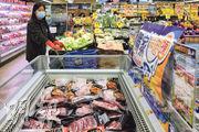 丹麥皇冠的凍肉廠亦爆疫有逾百人確診,有售丹麥皇冠凍肉(圖下,黑色包裝)的葵涌恆景商場百佳超級市場昨有職員戴紅色膠手套檢視,未有接觸貨品。(林靄怡攝)