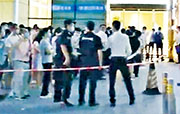 深圳市羅湖區水貝盒馬鮮生超市員工確診後,當局對患者工作地點等地實行封閉式管理,居家隔離所有員工並開展核酸檢測。圖為員工排隊檢測。(網上圖片)