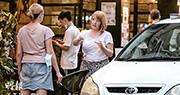 政府現時仍禁止食肆晚市堂食,但西營盤高街昨日傍晚約6時,有人在食肆外脫下口罩喝酒、抽煙。衛生防護中心傳染病處主任張竹君昨日說,目前街上多人,最近的確診亦顯示有些人沒有停止社交活動和繼續聚會,擔心會影響數字下降趨勢。(賴俊傑攝)