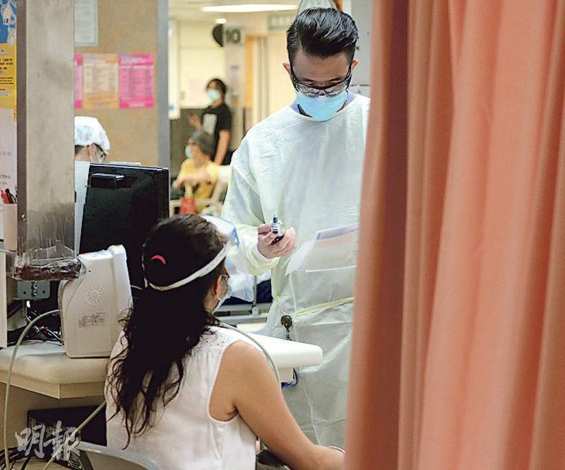 昨日在伊利沙伯急症室,醫護穿戴保護裝備,病人也戴口罩和面罩。醫院管理局支援職系員工協會指目前多新冠病毒感染者無病徵,內科、外科及骨科等都可能有隱形患者,盼醫管局為前線員工提供周期性的病毒檢測。(李紹昌攝)