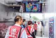 北京新發地農產品批發市場主市場鐵路以南區域昨日復市營業,有1000多輛貨車及約1.3萬噸蔬果進場,商戶進入市場時要驗體溫及作人臉識別。(中新社)