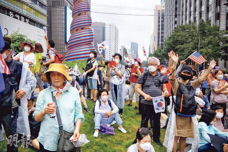 韓國保守派團體人士昨日無視最近轉趨嚴重的新冠病毒感染風險,在首爾市內參加反政府集會。(路透社)