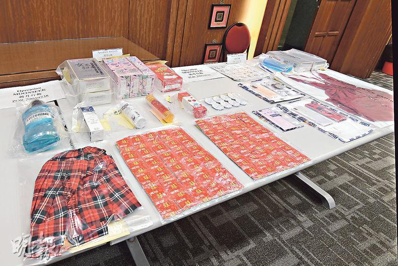 警方展開代號「揭月」的打擊非法入境及賣淫行動,檢獲一批賣淫活動用品,包括避孕套、避孕藥、潤滑劑及性感衣服等。(車軒珩攝)