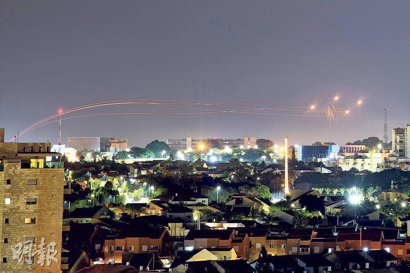 以色列昨在阿什凱隆發射「鐵穹」 導彈,攔截由加沙發射而來的火箭炮。(路透社)