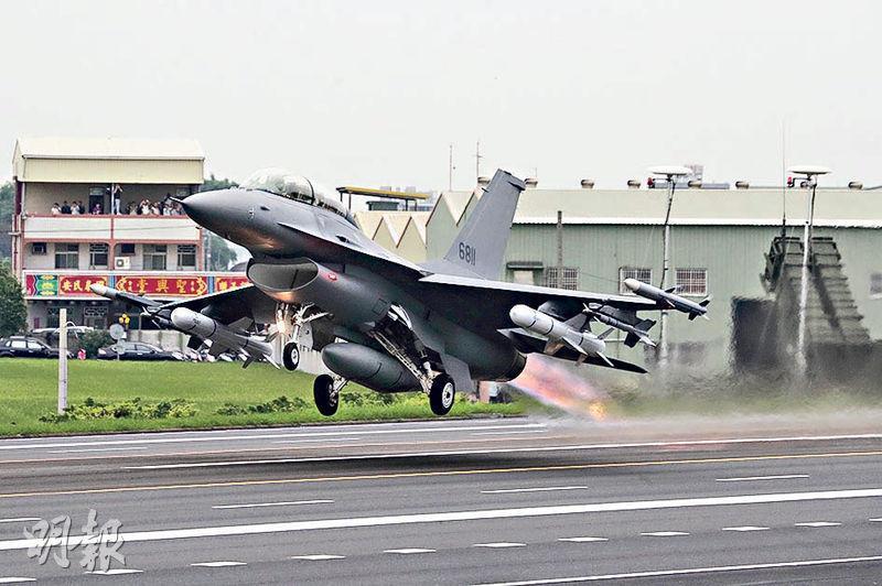 中國外交部昨表示,中方一貫堅決反對美國售台武器。圖為去年5月,台灣首次公開亮相的F-16V戰機在彰化縣公路起飛。(中央社)