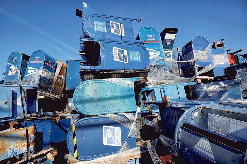 特朗普反對郵寄選票後,多地郵箱一度被拆除。圖為威斯康星州一處工業地囤放了大量美國郵政署的郵箱。(路透社)
