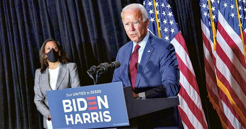 美國民主黨代表大會周一登場,民主黨總統參選人拜登(右)及副手賀錦麗(左)將於本周稍後正式接受提名,在11月大選挑戰特朗普。(法新社)