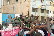 發動政變的馬里軍人周二在首都巴馬科接受反政府示威者的歡呼。(法新社)
