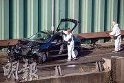 德國柏林有男子在公路駕車撞向3輛電單車,其中一輛被撞、在肇事汽車前的電單車嚴重損毁。(法新社)