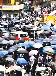 的士司機鄭國泉涉於去年10月在深水埗駕車剷上行人路撞人,民主黨許智峯早前向法庭提出私人檢控,律政司昨日去信法庭,表明將介入案件,並申請撤銷檢控。(網片截圖)