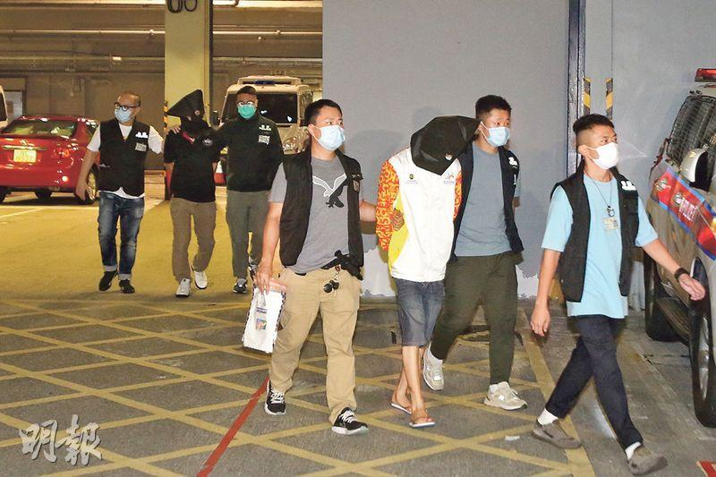 元朗7.21事件警方再拘捕多6人,涉嫌暴動及串謀有意圖傷人,其中兩人被黑布蒙頭,由探員帶署扣查。(伍浦鋒攝)