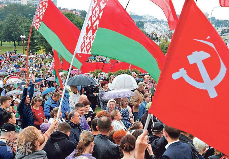 白俄首都明斯克周三有民眾冒雨出席支持總統盧卡申科的集會。(路透社)