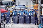韓國警方昨日到首爾「愛心第一教會」搜查,警方在搜查前在附近戒備。(路透社)