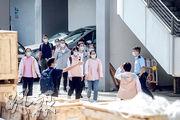 前日再有50名「內地核酸檢測支援隊」成員來港,昨午4時許,一批支援隊成員參觀中山紀念公園體育館的核酸檢測設施後,乘坐小巴離開。(賴俊傑攝)