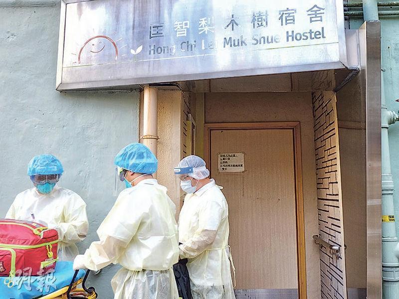 匡智梨木樹宿舍出現小型爆發,3名職員昨確診,昨午院舍有人由救護車送院。(林若勤攝)