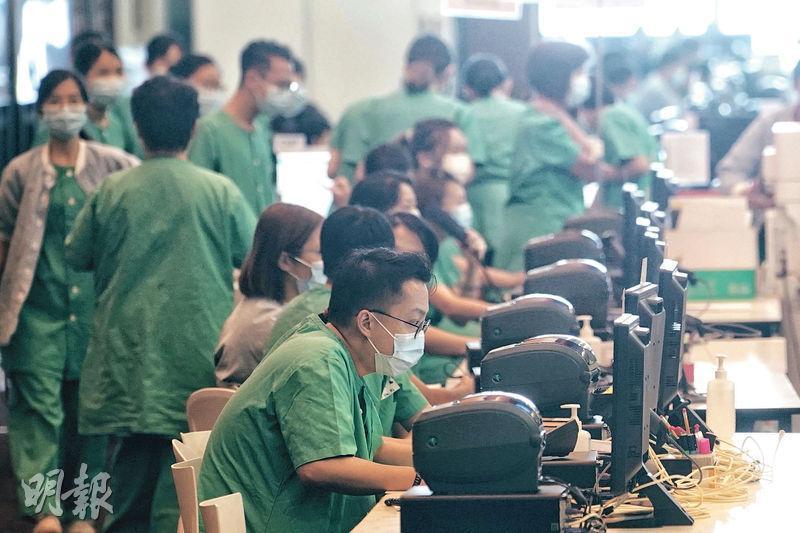 亞博社區治療設施目前共有約200名醫護及工作人員。天水圍醫院急症科顧問醫生李立業說,全面使用電子化設備能讓醫護工作效率提高。(楊柏賢攝)