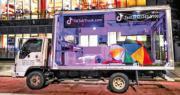 中國短片分享應用程式抖音海外版「TikTok」上周六(22日)宣布,將於周一(24日)就美國總統特朗普本月6日頒布的第一道行政命令提起訴訟。圖為7月30日,疫情好轉的紐約市進入第四階段重啟,一輛貼有TikTok廣告標語的貨車停在紐約街頭。(法新社)