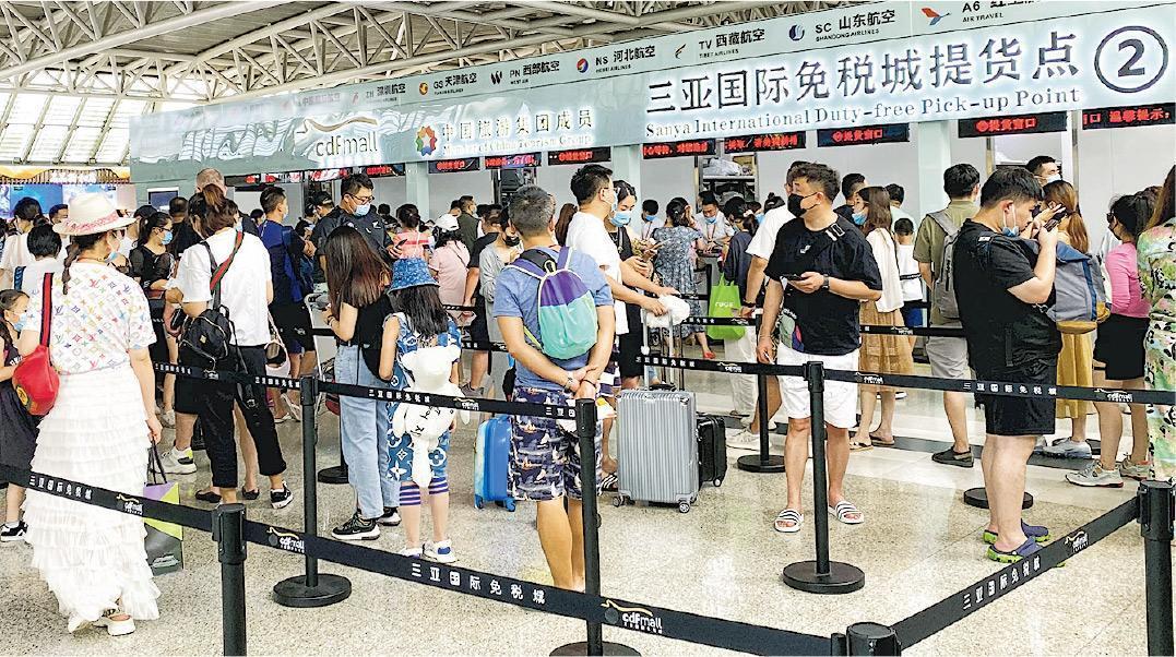 大排長龍由於疫情逐漸受控,內地旅遊業復蘇。圖為近日,海南三亞鳳凰機場航站的一處免稅取貨點,遊客在取貨點排起長隊,從排隊到取貨一般需時40分鐘。(網上圖片)