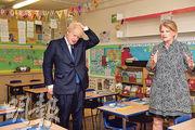 英國首相約翰遜(左)在本月10日曾到訪倫敦的一間小學。(路透社)