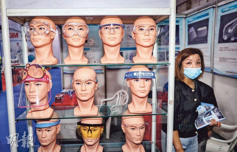 昨在河南鄭州舉行的國際防疫物資展覽會上,特種防護眼鏡成為焦點之一。日本媒體報道,疫情令全球醫用口罩與防護鏡等防疫用品需求飈升,各國向中國進口的比例,也從1月的六成提升到約八成。(中新社)