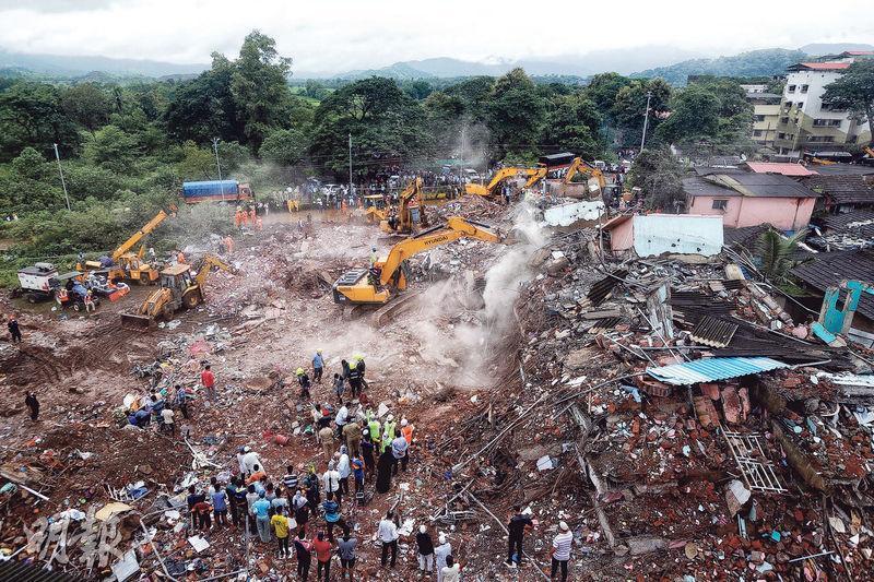 印度城鎮馬哈德一幢5層高公寓周一晚倒塌,昨日現場只剩一片頹垣敗瓦。事故造成最少11人死亡,可能多達70人被活埋。(路透社)