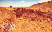 蘇丹這個歷史遺蹟被盜挖黃金者完全破壞,現場剩下一個深坑。(法新社)
