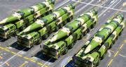 美媒引述美國防部官員透露,解放軍周三向南海發射了4枚中程導彈,落點在海南島和西沙群島之間海域。圖為2015年9月閱兵時,東風-26中程彈道導彈編隊首次通過天安門接受檢閱。(網上圖片)