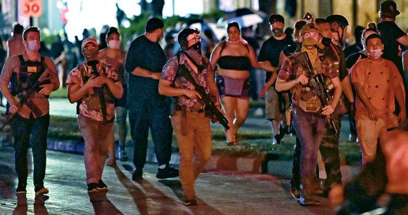 美國威斯康星州的基諾沙因黑人被警員槍傷,連日爆發示威,有民眾周二響應網上號召,自攜槍械上街「巡邏」。(路透社)