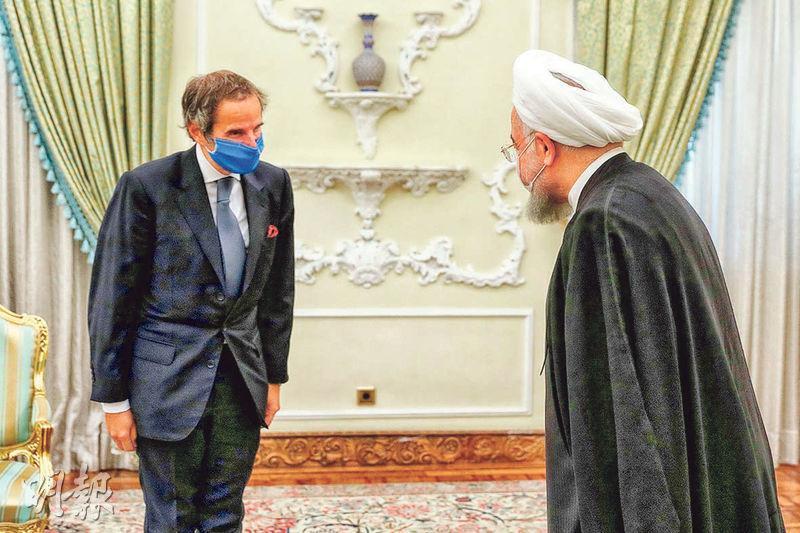 伊朗總統魯哈尼(右)與國際原子能機構總幹事馬利亞諾(左)周三在德黑蘭會面,其後拍板聯合國特使到訪伊朗核設施。(法新社)