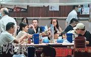 政府昨起放寬晚市堂食,記者昨晚於深水埗大牌檔內,見到有5人同枱用膳,違反不可多於二人同枱的規定。(馮凱鍵攝)