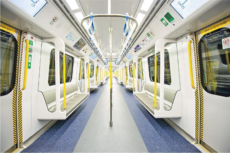 港鐵東鐵線將於9月12日起,逐步由12卡列車,更換成韓國製造的9卡列車,新列車的車身較寬闊,因此與月台間的空隙收窄,車廂內空間亦會較闊;車門和車廂座位會重新編排,從港鐵提供的相片所見,與西鐵線的車廂設計相似。(港鐵提供)