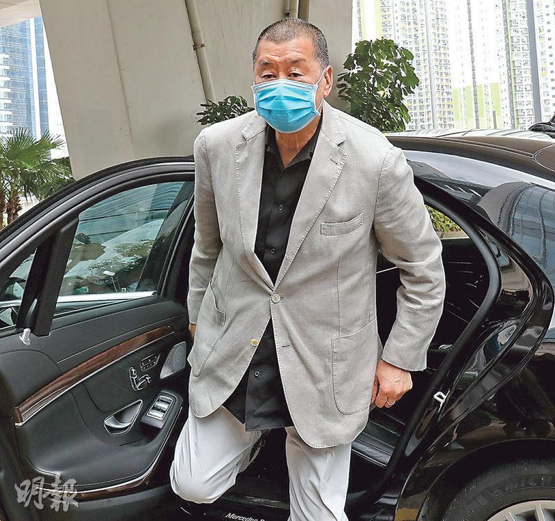 案件昨日結案陳辭,黎智英戴着口罩下車到庭應訊。(李紹昌攝)