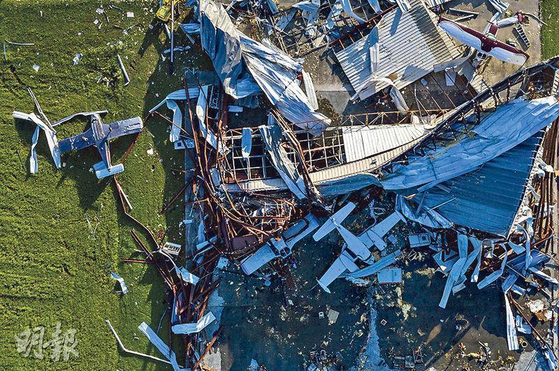 颶風勞拉吹襲路易斯安那州後,西南部城市薩爾弗(Sulphur)有機場的飛機庫被吹至倒塌,飛機損毁。(路透社)