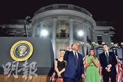 美國總統特朗普(左二)周四在白宮南草坪發表接受提名演說後,其妻梅拉尼婭(右二)、兒子巴倫(右一)和女兒蒂法尼(左)上台站在他身旁以示支持。(法新社)