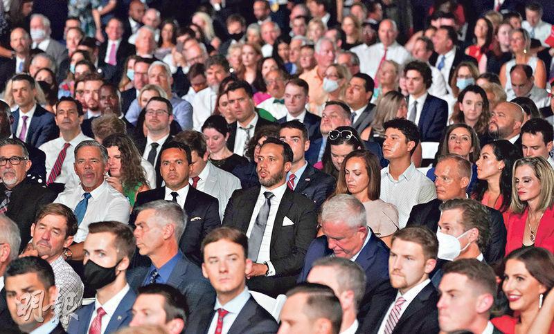 在特朗普發表接受總統候選人提名演說的白宮南草坪現場,1500名觀眾被安排密集地坐着,很多人都沒有戴上口罩。(路透社)
