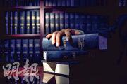 約有15年執業經驗的大律師B表示,雖然法援不委聘他處理暴動案,亦不覺法援之後會改變主意,但他仍堅持為暴動案被告提供法律支援,「這樣做是為了貫徹令被告獲得公平審訊的理念」。(馮凱鍵攝)