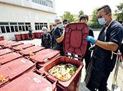 位於屯門環保園的華南廚餘廠,其分發予合作伙伴的廚餘收集箱為紅色,曾於2017年被揭發廚餘處理量不合乎政府租約規定,該廠曾解釋,本港民間廚餘分類及回收意識不足,導致回收量偏低。(資料圖片)