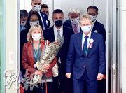 訪台團大都戴台方為此訪特製的繡有台捷雙方旗幟的口罩,惟維施特奇爾(前右)的口罩與他人不同,僅印有捷克國旗。(中央社)