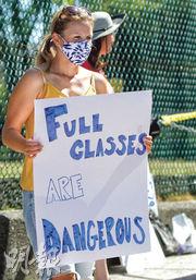 在加拿大溫哥華,上周六有家長和教師示威,要求當局重新考慮復課安排,或考慮小班教學以減少播疫風險。(新華社)