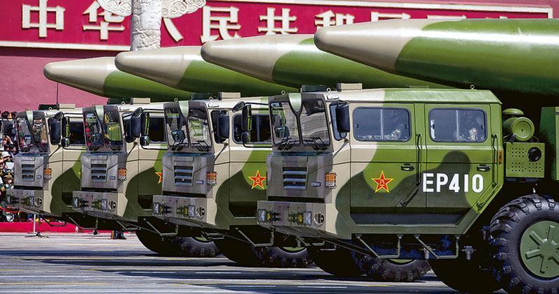 美國國防部發布最新的《中國軍事及安全發展報告》,首次表明中國核彈頭略超過200枚。圖為在2015年9月3日的閱兵儀式上,可攜帶核彈頭的DF-26彈道導彈方隊從天安門前經過。(路透社)