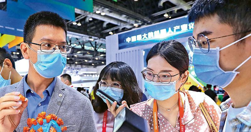 2020年中國國際服務貿易交易會於本月月4日至9日在北京舉行。圖為9月5日,工作人員在服貿會公共衛生防疫專區科興公司展台為參觀者展示新冠病毒滅活疫苗抗原3D結構模型。(新華社)