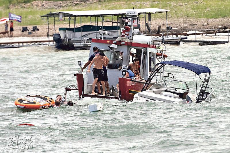 美國有民眾上周六組織小船隊,在得州的特拉維斯湖乘船遊湖以支持總統特朗普連任,但懷疑因船隊造成的波浪令部分船沉沒。(路透社)