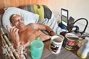 法國絕症患者科克上周六起在fb直播自己的死亡過程,但被腰斬。圖為他8月12日在病榻上的照片。(法新社)