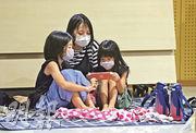 強颱風「海神」逼近,鹿兒島縣居民昨日戴着口罩到疏散中心暫避。日本當局迄昨晚共疏散了九州7縣184萬人。(路透社)