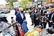 美國民主黨總統候選人拜登周三到訪底特律拉票時,在當地一間服裝店買東西給孫兒女。(路透社)